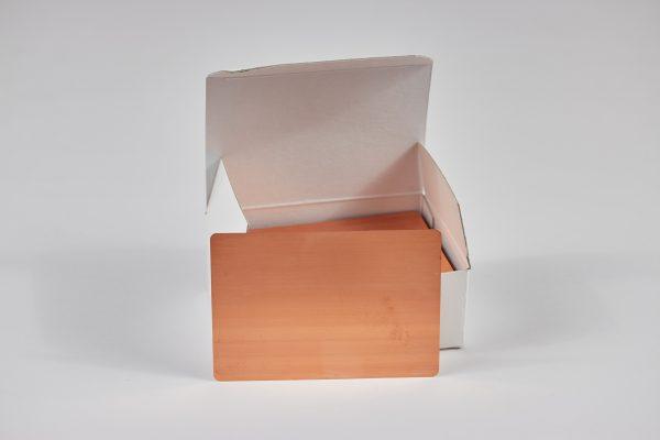Hull-Zellen-Bleche aus Kupfer - Im Bild der 100er Pack mit Entnahmehilfe. Ein Blech steht vor der Verpackung. Die Verpackung ist geöffnet und befüllt.